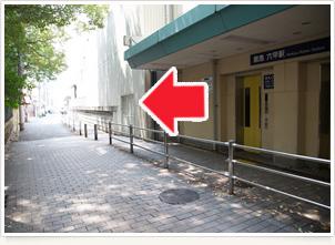 アクセス 八幡神社看板より右手方向